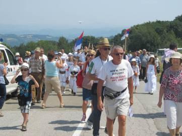 Uz zvuke Marša na Drinu svečana povorka krenula je ka kosilištu od spomenika 1.300 kaplara