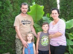 Stevan i Andrea pored banane, sa ćerkom Teodorom i sinom Lukom