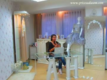 ... a ja Aminu: Sav nameštaj u njenom ateljeu Rasim je napravio za pet dana, a najnoviji je metalni sto sa supruginim inicijalima