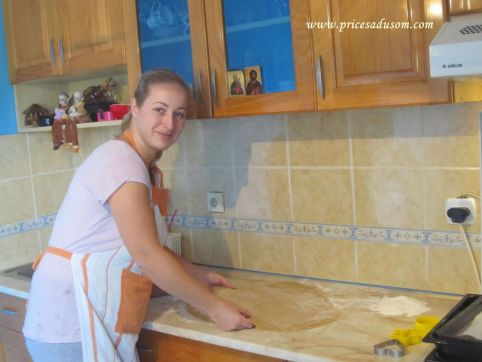 Tamara u prvoj fazi stvaranja medenjaka - rasklagijavanja testa