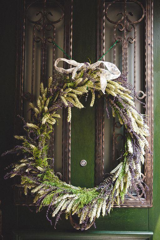 Za dobrodošlicu ispleten je venac od zelenog žita i poljske žalfije / Foto: Nasmej se, ptičica