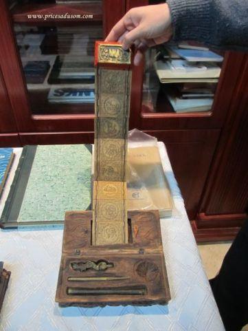 Pribor za pisanje knjiga iz Mjanmara: reči se urezuju, a zatim ispisuju mastilom. Tu je i osam tablica sa molitvama, za osam dana u nedelji, koliko traje njihova sedmica