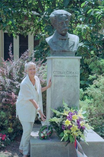 Leta 2015. u Senti, pored spomenika Stevanu Sremcu...