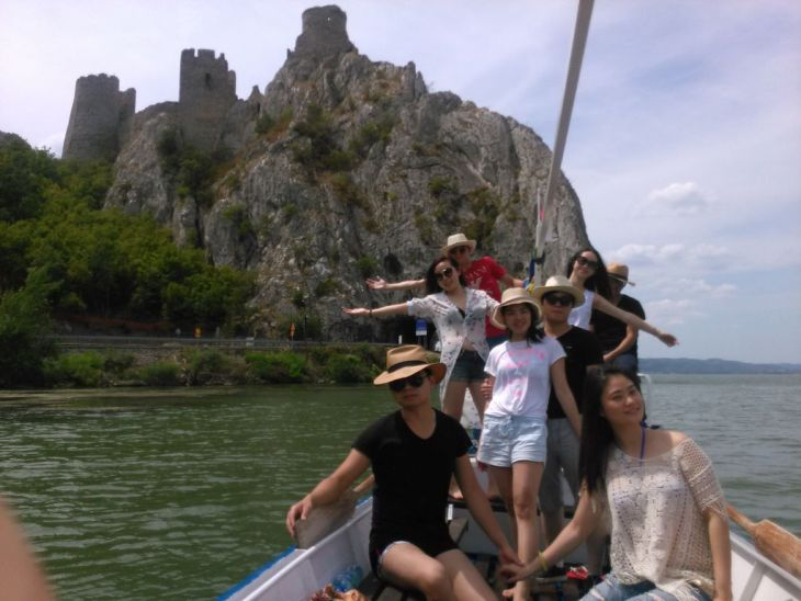 Turisti kraj Golubacke tvrdjave_1024x768