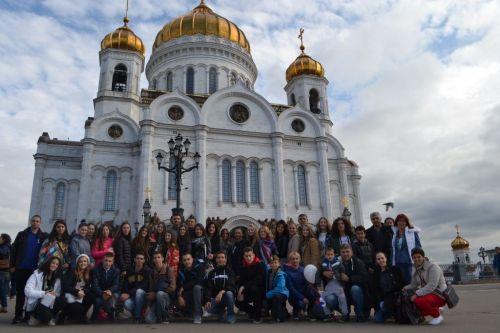 Članovi Zavijača koji su putovali u Moskvu fotografisali su se ispred Hrama Hrista Spasitelja (sabornog hrama ruske pravoslavne crkve)