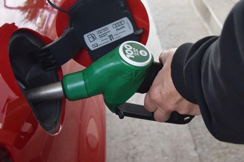 Nakon što su mu rekli da ne može kupiti gorivo jer nije cijepljen, zaključao se u auto, došli policija i pauk