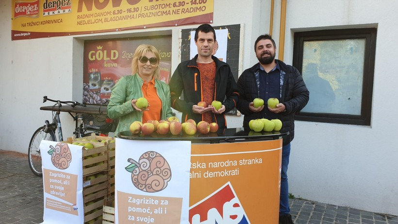 """HNS Koprivnica podijelio više od 150 kilograma domaćih jabuka u akciji """"Zagrizite za pomoć, ali i za svoje zdravlje"""""""