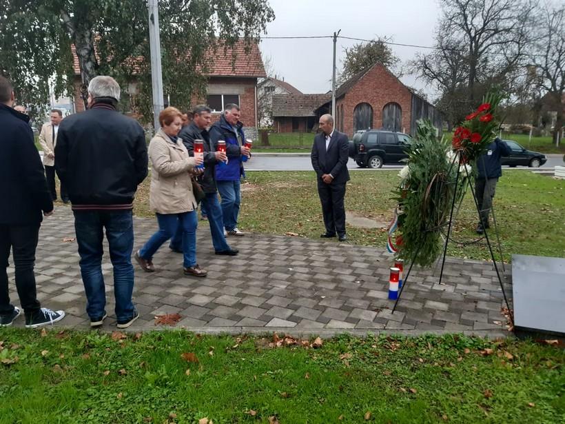 [FOTO] Polaganjem vijenaca i paljenjem svijeća odana počast poginulim hrvatskim braniteljima i civilnim žrtvama u Domovinskom ratu iz Dubravksog kraja