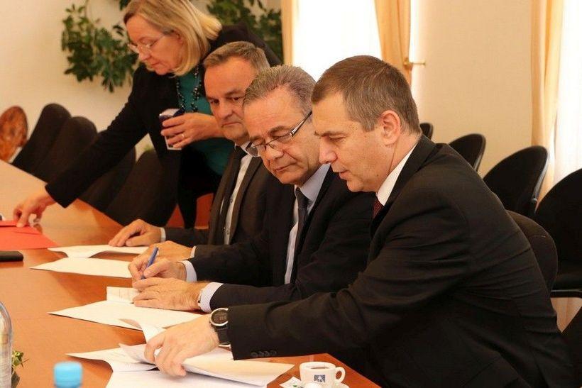 Župan Darko Koren potpisao još jedan ugovor o subvencioniranju stambenih kredita liječnicima zaposlenima u županijskim zdravstvenim ustanovama
