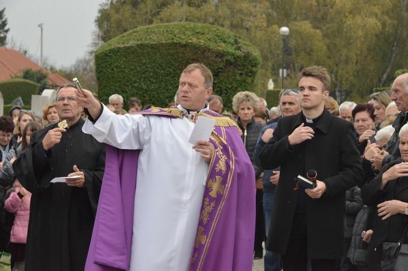 [FOTO/VIDEO] Položeni vijenci i zapaljene svijeće na Gradskom groblju u Križevcima povodom blagdana Svih svetih
