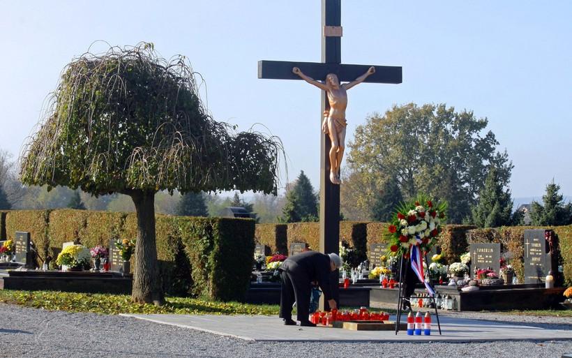 [FOTO] Svi sveti u Đurđevcu // Paljenjem svijeća i molitvom građani se prisjećaju svojih najmilijih