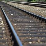 Vlak naletio na automobil; zarotirao ga i odbacio uz južni nasip