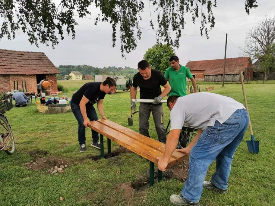 Ravnatelj Brkić i roditelji zasukali rukave i postavili klupe te uređivali okoliš Područne škole Majurec