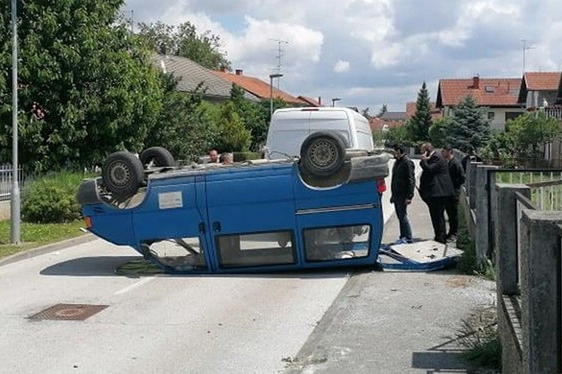 🖼️ TEŽAK SUDAR   Kombi završio na krovu, vozač ozlijeđen