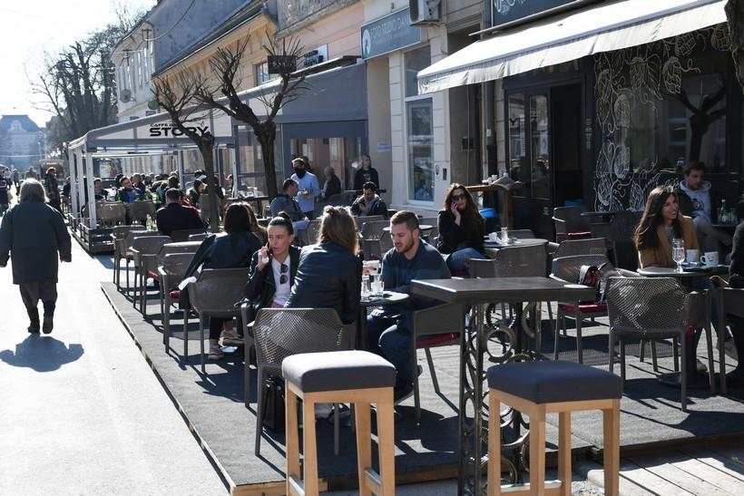 Kafići će od utorka raditi do ponoći i dalje samo na terasama