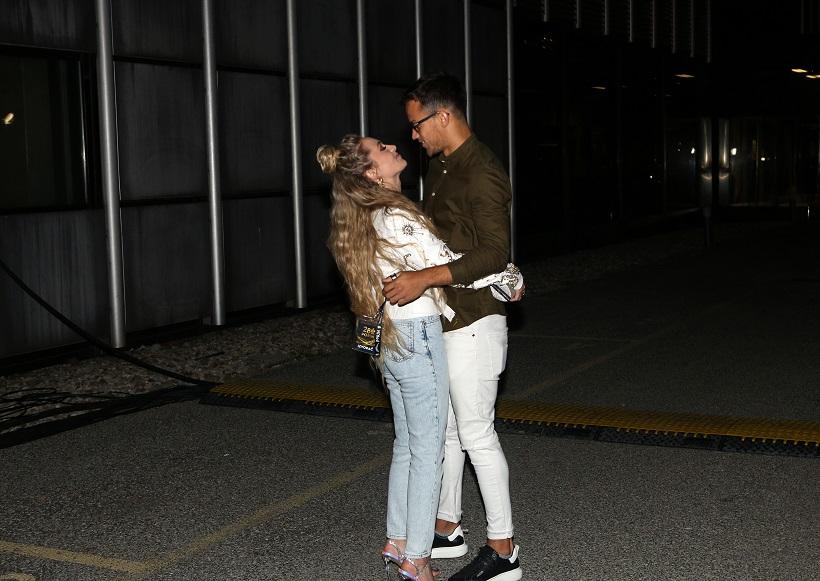 Albina u zagrljaju svog dečka