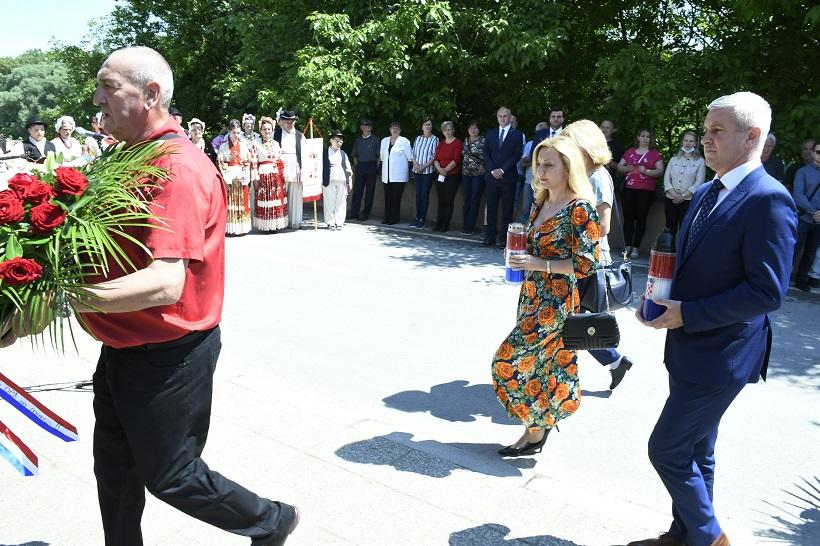 Desno Trebarjevo: Povodom dana Županie te rođendana braće Radić položeni vijenaci ispred rodne kuće