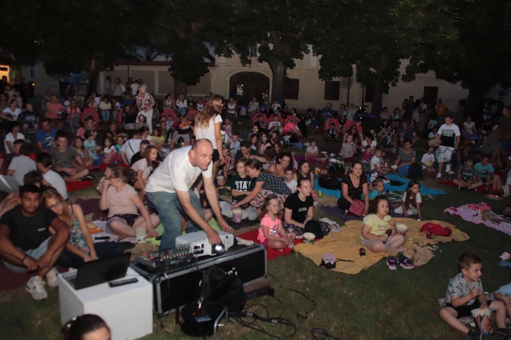 ROBIN LJETNO KINO Super ljetna večer uz križevačke tamburaše i projekciju filma kojeg vole i mali i veliki