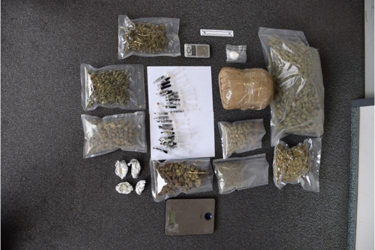 Policajci u stanu pronašli preko 100 grama kokaina, oko 3,38 kilograma konoplje i oko 750 ml ekstrakta konoplje