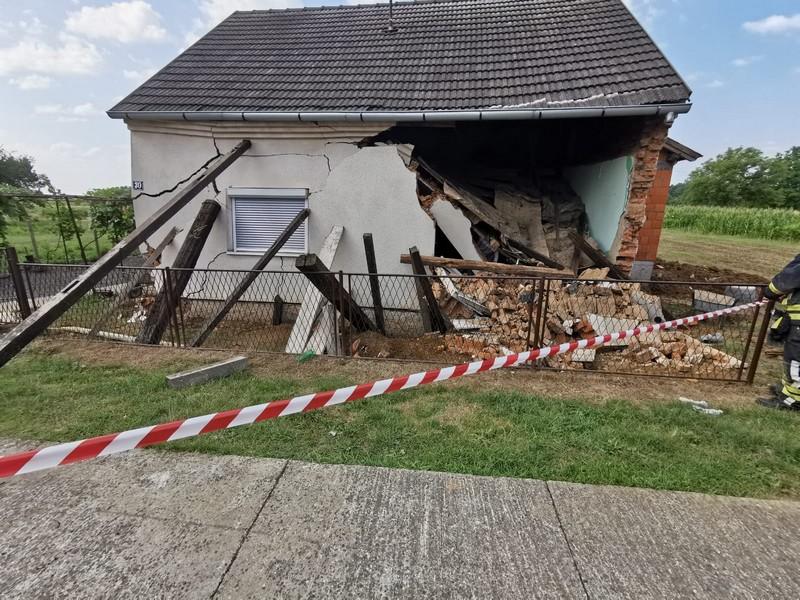 Urušila se kuća na čovjeka, morali ga izvlačiti vatrogasci