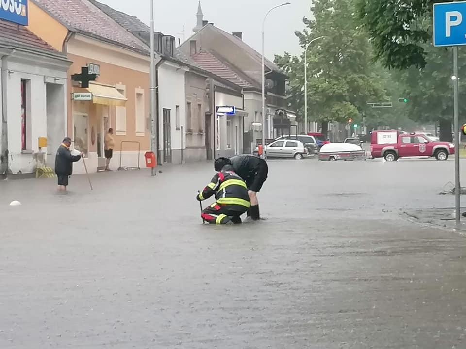Dvije osobe spašene iz vozila tijekom nevremena