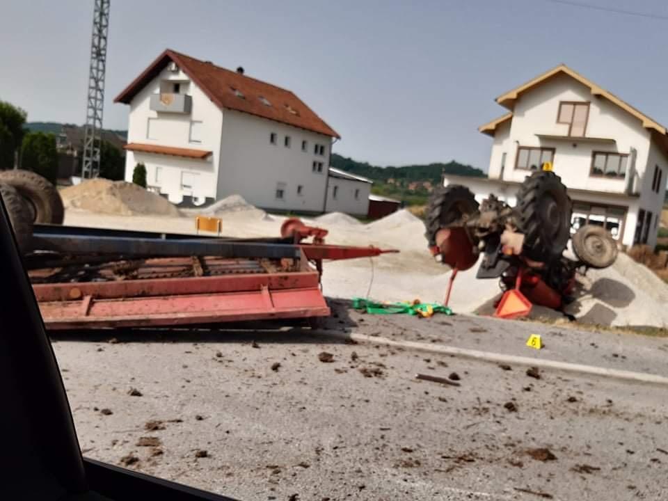 TEŠKA PROMETNA NESREĆA Traktorom se okrenuo 'naglavačke'