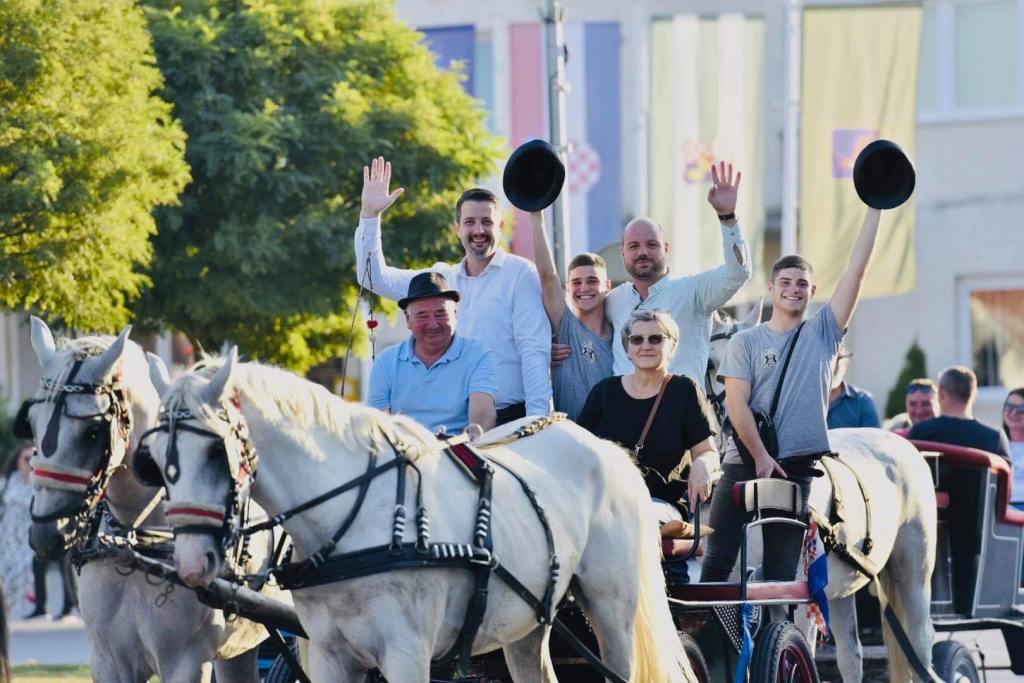 🖼️ PREKRASAN DAN U DUBRAVI Gulašijada, mažoretkinje i povorka konja