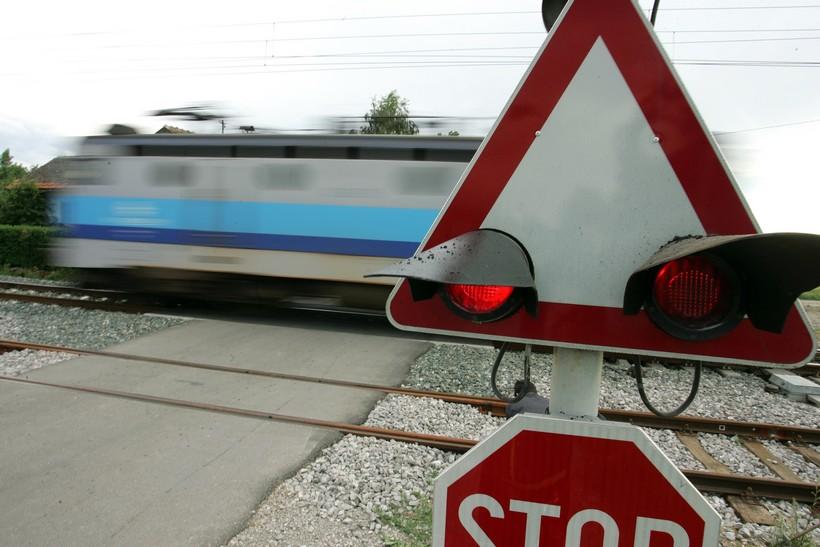 Automobilom križevačkih oznaka u Zagrebu prešao preko pruge na crveno