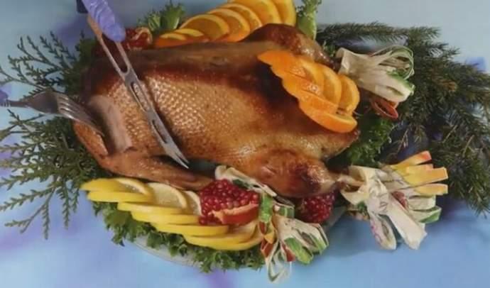 ওভেন মধ্যে আপেল এবং prunes সঙ্গে ক্রিসমাস hoose