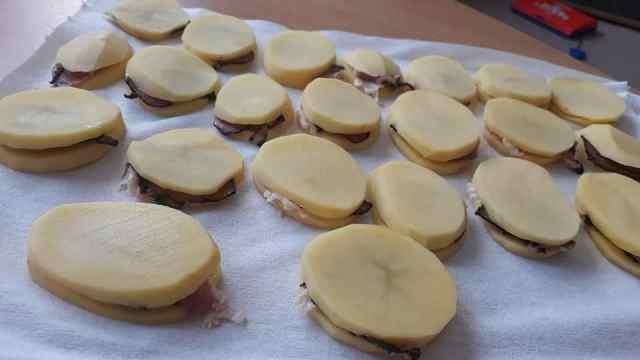 Smažené brambory plněné šunkou