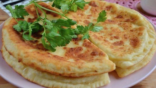 Česnekové placky plněné sýrem