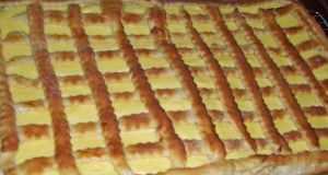 Chutný dezert s vanilkovým krémem a jablky
