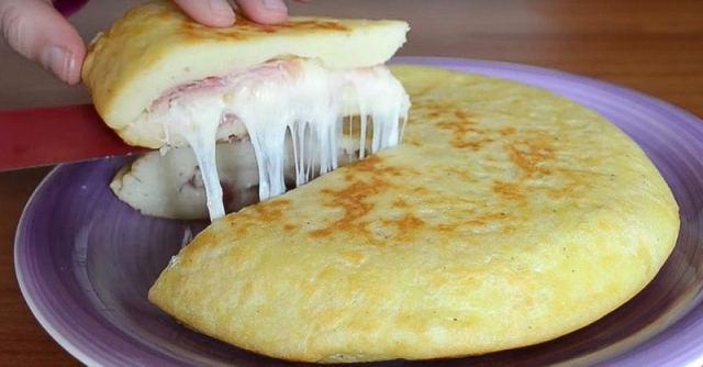 Fantastická bramborová kapsa plněná šunkou a sýrem