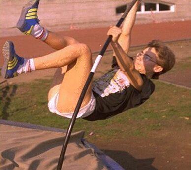 Niño saltando con una pértiga