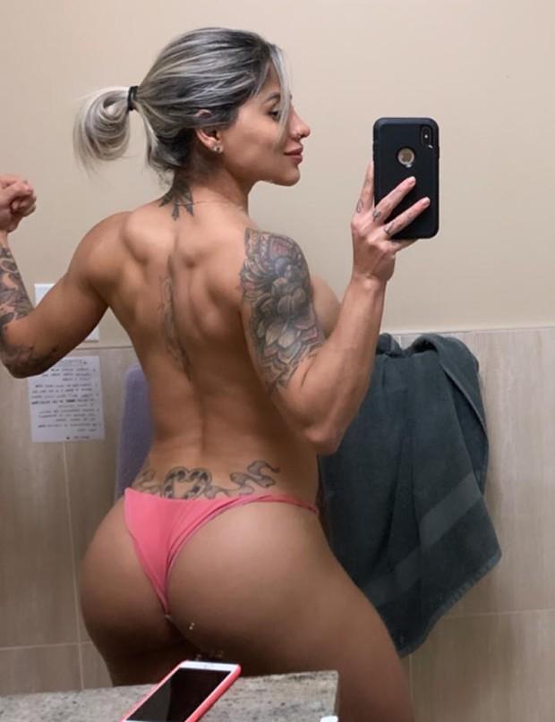 Vanessa Mesquita faz selfie no espelho de topless