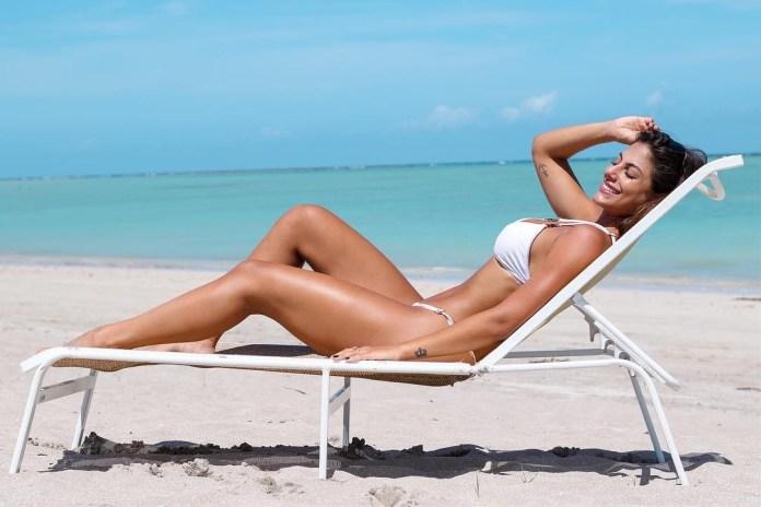 Mari Gonzalez se entraga ao sol em clique nas redes