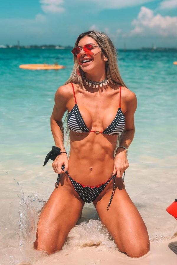 Tatiele Polyana mostra abdômen trincado em clique nas Bahamas