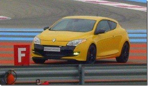 Mégane RS é flagrado sem disfarces durante filmagens