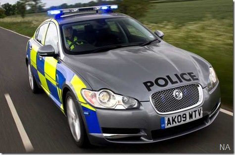 Jaguar XF vira carro de polícia na Inglaterra