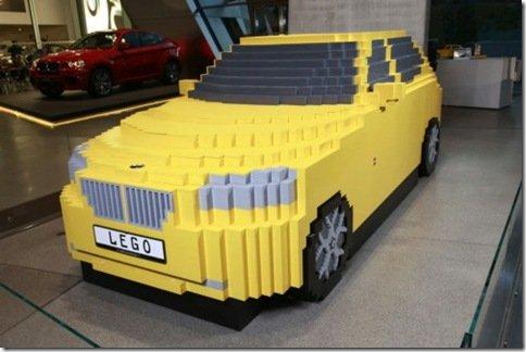 Crianças montam BMW X1 de Lego em tamanho real