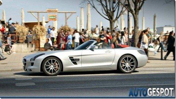 Mercedes-Benz SLS AMG Roadster passeia com um mínimo de camuflagem