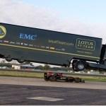 Lotus faz seu caminhão voar sobre carro da Fórmula 1 e bate recorde