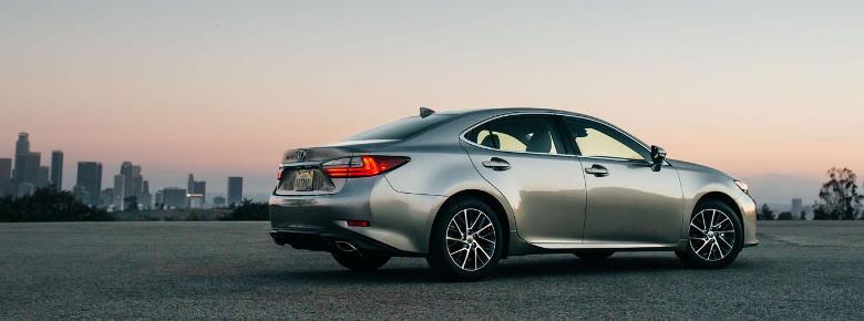 Lexus ES ganha visual mais esportivo na linha 2016