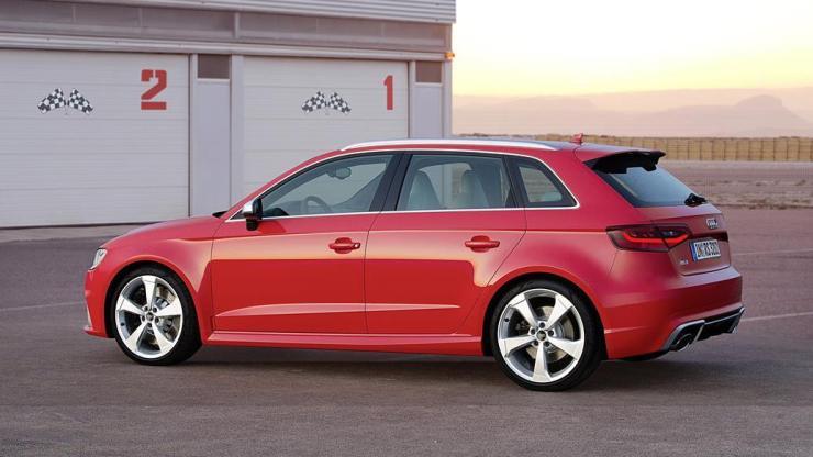 Standaufnahme Farbe: Catalunyarot Verbrauchsangaben Audi RS 3 Sportback: Kraftstoffverbrauch kombiniert in l/100 km: 8,3 ? 8,1;CO2-Emissionen kombiniert in g/km: 194 - 189
