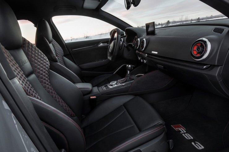 Innenraum     Verbrauchsangaben Audi RS 3 Sportback 2.5 TFSI quattro:Kraftstoffverbrauch kombiniert in l/100 km: 8,3 - 8,1;CO2-Emission kombiniert in g/km: 194 - 189