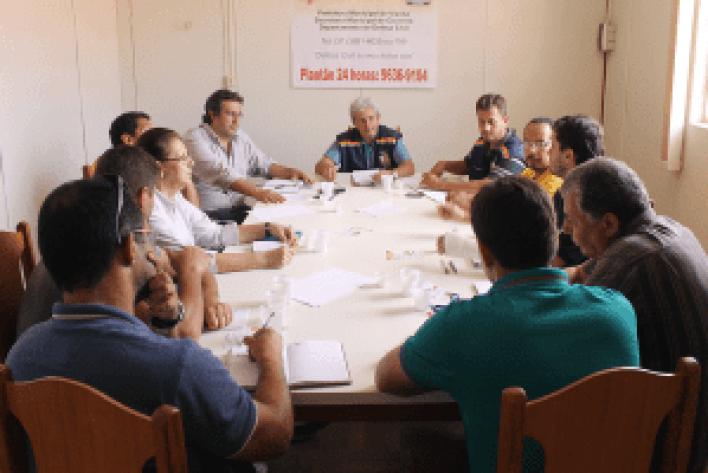 O secretário de governo Luciano Piovesan (ao centro), em reunião com outros membros do Plano de Contingência.