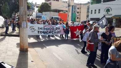 Photo of MANIFESTANTES SEGUEM PELA AVENIDA CASTELO BRANCO