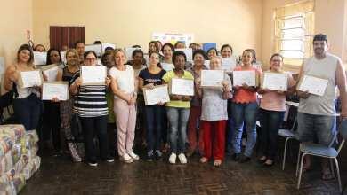 Photo of Cantineiras e auxiliares de escola concluem curso de aperfeiçoamento