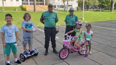 Photo of Vigilantes da UFV distribuem balas no Dia das Crianças