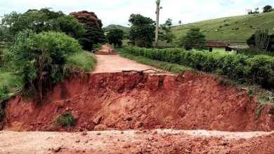 Photo of Chuva abre duas crateras na MG-280 entre Paula Cândido e Divinésia